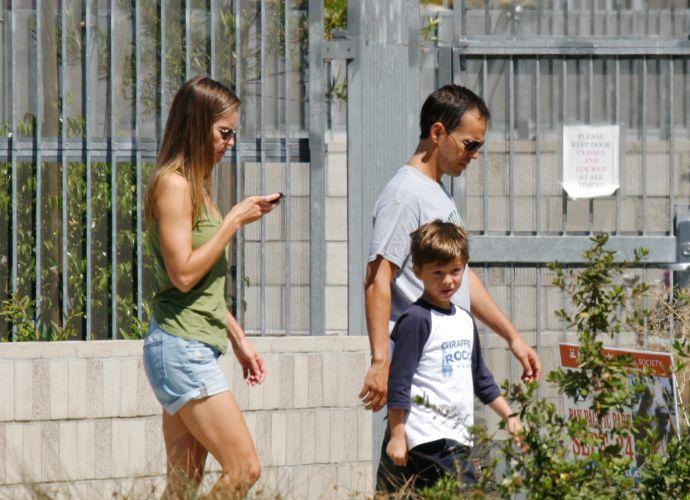A atriz Hilary Swank, o namorado, John Campisi e o filho dele, Sam, foram até um abrigo de animais em Los Angeles e adotaram um cachorro (4/9/11). Hilary Swank namora seu agente, John Campisi, desde dezembro de 2006