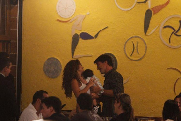 Juliana Paes sorri junto do pequeno Pedro, seu filho, e do marido Carlos Eduardo Baptista, no sábado, no Rio de Janeiro (26/3/2011)