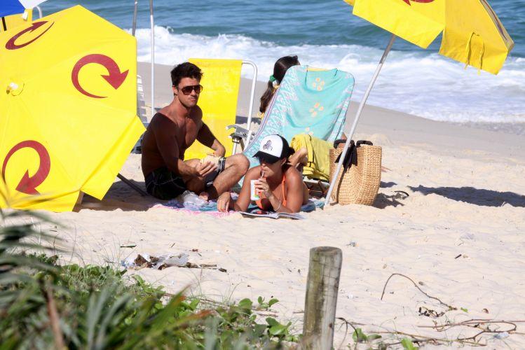 Carlos Eduardo Baptista oferece um sanduíche à Juliana Paes. A atriz se refrescava com um chá, sob o sol quente do Rio de Janeiro (1/5/2010)