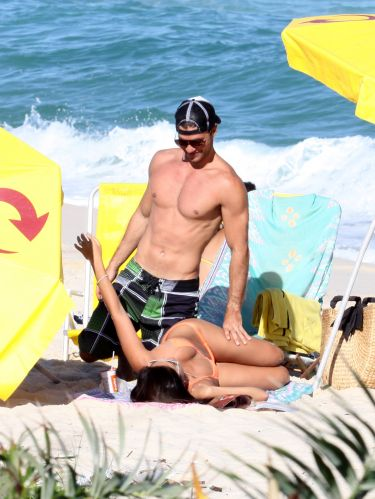 Carlos Eduardo Baptista e Juliana Paes se divertem na praia da Barra da Tijuca, Rio de Janeiro (1/5/2010)