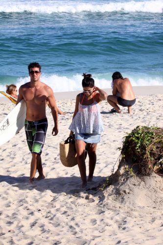 Carlos Eduardo Baptista e Juliana Paes deixam a praia na Barra da Tijuca, Rio de Janeiro (1/5/2010)