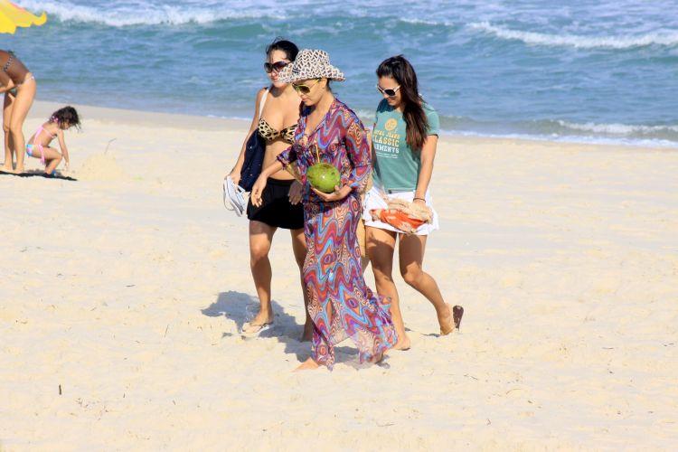 Juliana Paes vai à praia neste sábado acompanhada por algumas amigas. Sol e temperatura de verão convidaram a um bom mergulho e ao bronzeado (8/8/09)