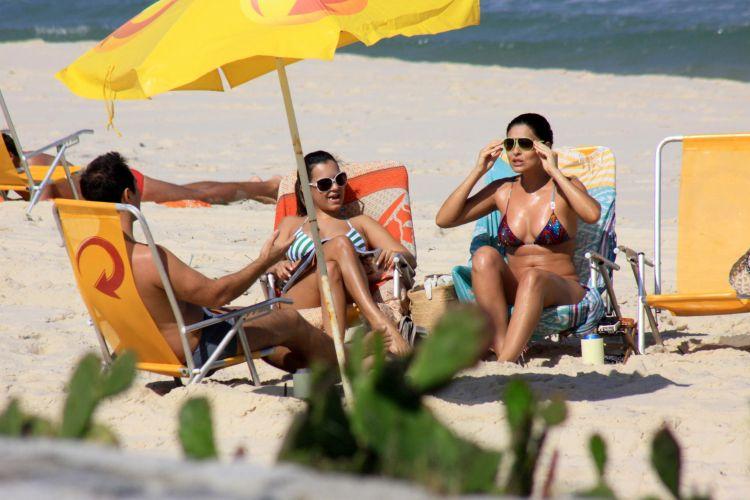 Juliana e algumas amigas aproveitam o dia de calor e muito sol na praia da Reserva, no Rio (8/8/09)