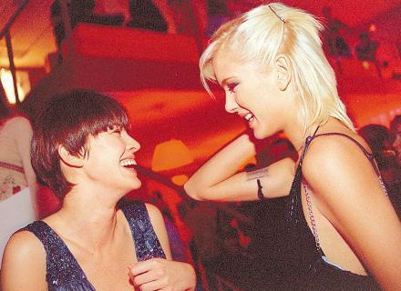 De cabelo curtinho e franjinha reta, Letícia Birkheuer curte festa com a modelo Giane Albertoni (mai/2003)