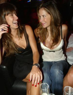Letícia e Ana Paula Junqueira batem papo durante a reabertura do clube Disco, em SP (jan/2007)