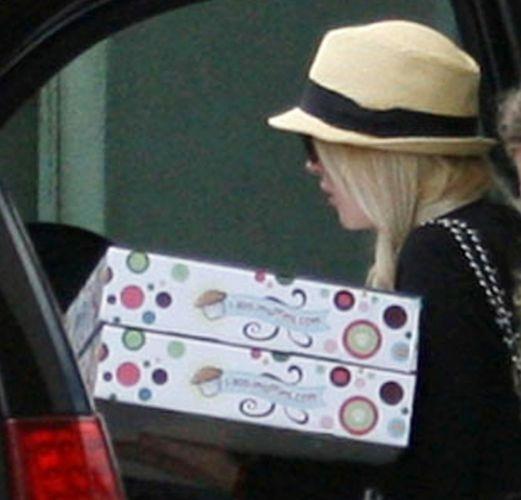 Lindsay Lohan é vista ao deixar sua casa pela primeira vez após 35 dias de prisão domiciliar e a ir ao