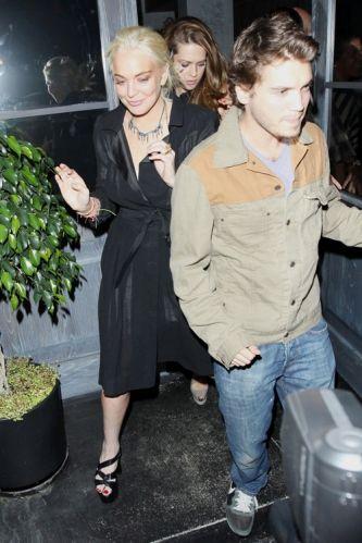 Lindsay Lohan foi liberada da prisão domiciliar na manhã de quarta-feira (29/6/2011) e na noite do mesmo dia ela foi para um clube noturno com os amigos. Na foto, ela deixa a festa em Hollywood, ao lado do ator Emile Hirsch