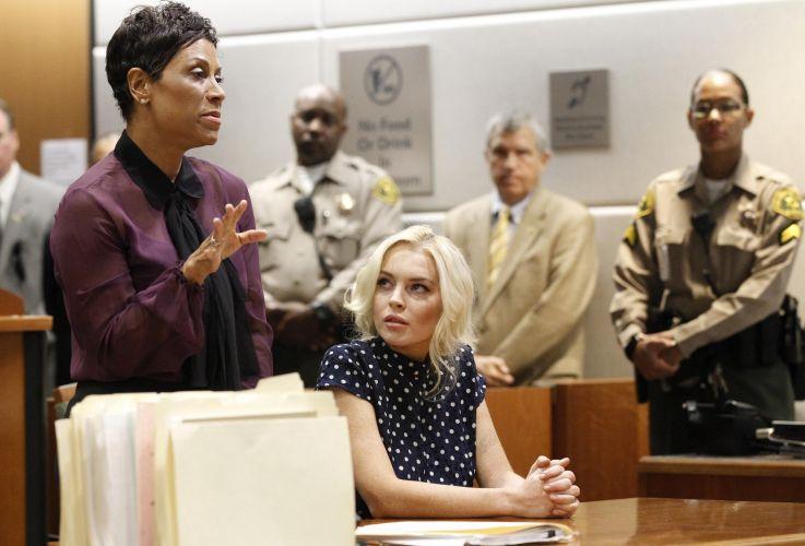 Acompanhada de sua advogada, Shawn Holley, a atriz Lindsay Lohan participou de audiência em tribunal de Los Angeles e foi condenada a 30 dias de prisão, dos quais terá que cumprir apenas 6l (2/11/11)