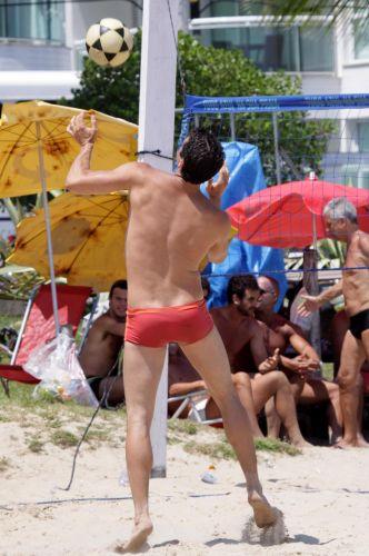 Em domingo ensolarado, o ator Márcio Garcia joga futevôlei em praia da Barra da Tijuca, no Rio (12/12/2010)