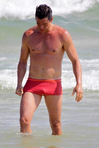 Após partida de futevôlei, Márcio Garcia aproveita para tomar um banho de mar (12/12/2010)