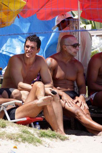 Ao lado de amigos, o ator Márcio Garcia aproveita domingo de sol em praia da Barra da Tijuca (12/12/2010)