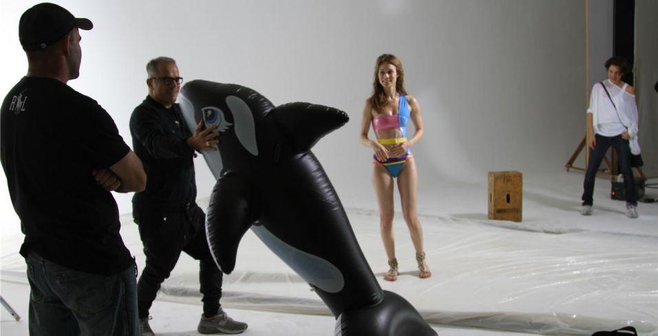 O diretor de arte Giovanni Bianco segura uma das boias usadas no comercial estrelado por Mariana Ximenes