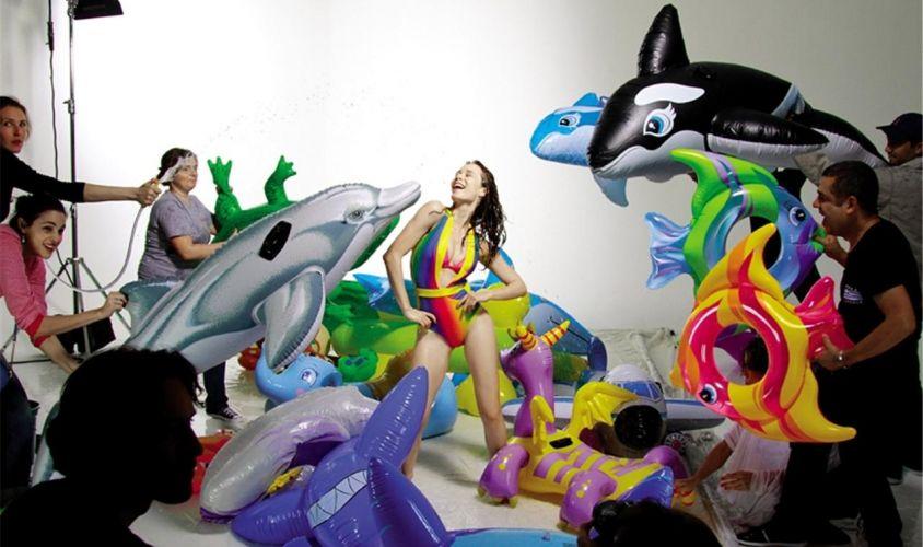 Mariana Ximenes toma um banho de mangueira na sessão de fotos de campanha de grife de sapatos e acessórios, que irá ao ar no dia 6 de novembro. A gravação foi realizada em São Paulo e tem direção de arte de Giovanni Bianco