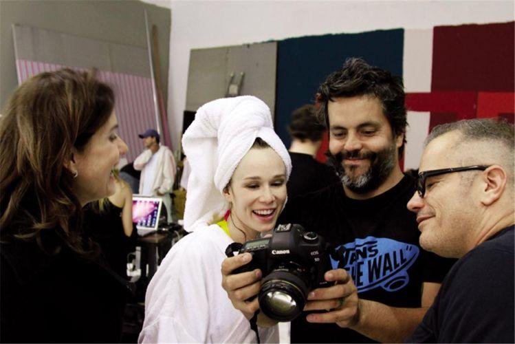 Mariana avalia o resultado das fotos com fotógrafo e o diretor de arte Giovanni Bianco