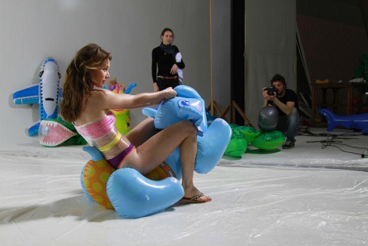 Mariana recebe as orientações da produção durante a gravação da campanha publicitária