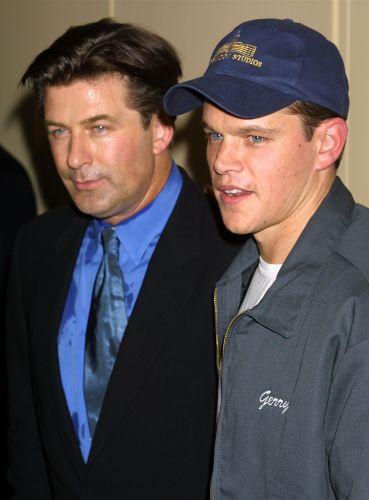 Matt Damon (dir.) e o colega de elenco Alec Baldwin (esq.) participam da première do filme