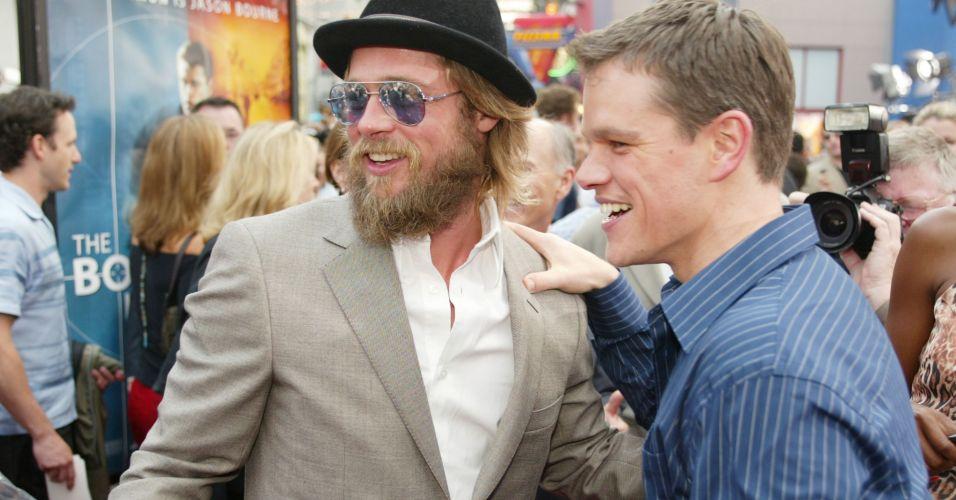 Matt Damon (dir.) e Brad Pitt (esq.) na première do filme