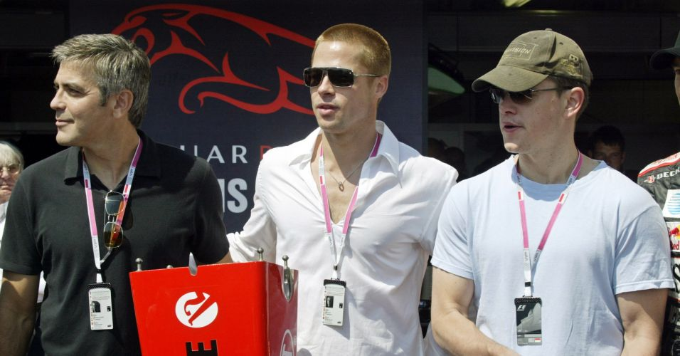 Matt Damon (dir.) com George Clooney (esq.) e Brad Pitt (centro) no box da equipe Jaguar, no Grande Prêmio de Mônaco de Fórmula 1, em Monte Carlo (22/5/2004)