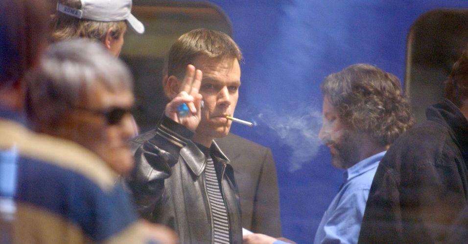 Matt Damon fuma um cigarro durante pausa na gravação de