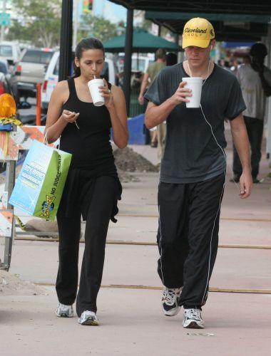 Matt Damon e a mulher, a designer argentina Luciana Barroso, fazem compras em Miami (21/12/2005). Damon é casado com Luciana desde 2005 e tem duas filhas: Isabella (que nasceu em 2006) e Gia Zavala Damon (que nasceu em 2008), o ator também adotou Alexia, filha do primeiro casamento de Luciana