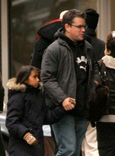 Matt Damon e a filha Alexia passeiam em rua de Nova York (22/12/2007). Alexia é filha do primeiro casamento da sua mulher, Luciana Barroso