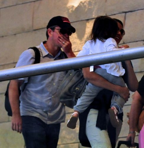 Matt Damon e a mulher Luciana Barroso desembarcam em Los Angeles com a filha Gia no colo (12/7/2010)
