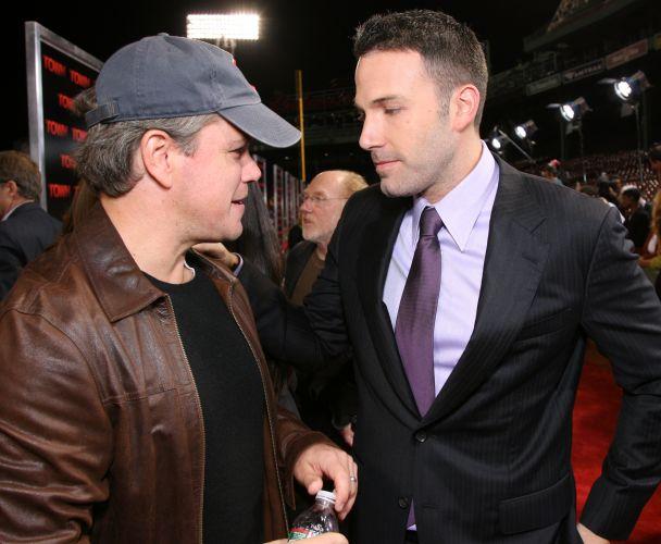 De cabelos grisalhos, Matt Damon conversa com o amigo Ben Affleck durante première de