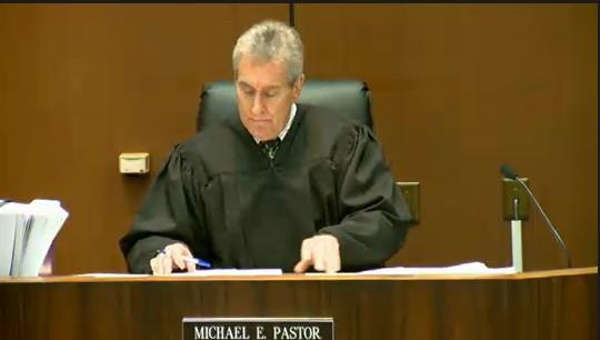 Juiz Michael E.Pastor fala no início do quarto dia de julgamento do médico Conrad Murray, acusado da morte de Michael Jackson, em tribunal em Los Angeles (30/9/2011)