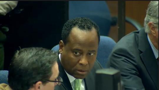 Ao centro, o Dr. Conrad Murray, médico acusado da morte do cantor Michael Jackson, conversa com um de seus advogados, em tribunal de Los Angeles (30/9/2011)