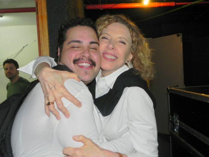 Tiago Abravanel, neto de Silvio Santos e que faz o papel de Tim Maia, no musical, posa para foto com Marília Gabriela (02/10/2011)