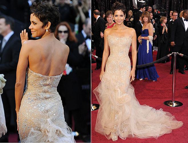 A atriz Halle Berry desfila no tapete vermelho do 83º Oscar (27/2/11)