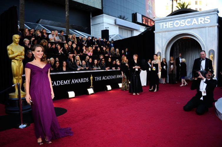 Uma das últimas atrizes a chegar, Natalie Portman escolhe um modelo da grife Rodarte para a cerimônia. Portman concorre ao prêmio de melhor atriz pelo filme