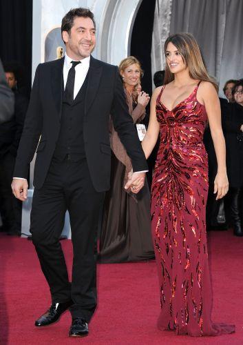 Javier Bardem e Penelope Cruz, que tiveram filho em janeiro, chegam à cerimônia (27/2/11)