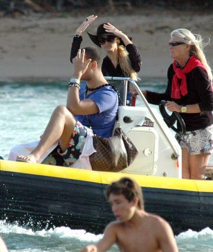 Paris Hilton curte férias no Havaí ao lado do suposto novo namorado, o DJ holandês AfroJack. Os dois têm sido vistos juntos nos últimos meses, mas não confirmam o namoro. Eles se conheceram durante a produção do novo disco de Paris (23/11/11)