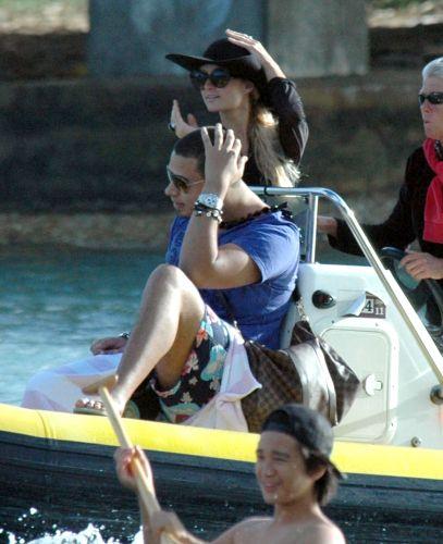 Paris Hilton e o DJ holandês AfroJack, que se conheceram durante a produção do segundo CD da socialite e cantora, são fotografados juntos no Havaí. Os dois têm sido vistos juntos recentemente, mas não confimam o namoro (23/11/11)