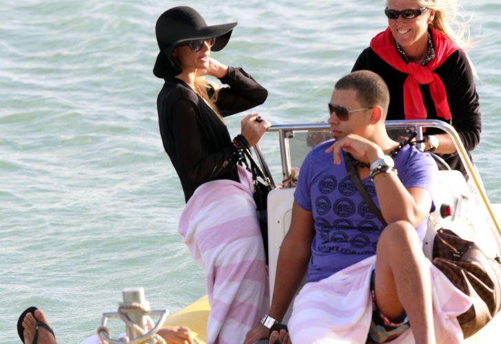 Paris Hilton curte as férias no Havaí ao lado do suposto novo namorado, o DJ holandês AfroJack. Os dois têm sido vistos juntos nos últimos meses, mas não confirmam o namoro. Eles se conheceram durante a produção do novo disco de Paris (23/11/11)