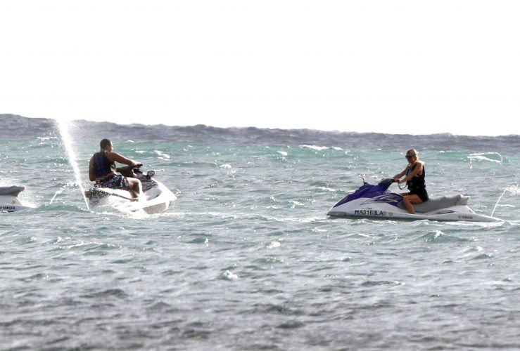 Paris Hilton e seu suposto namorado, o DJ holandês AfroJack, pilotam Jet Skis durante férias no Havaí. Os dois têm sido vistos juntos nos últimos meses, mas não confirmam o namoro. Eles se conheceram durante a produção do novo disco de Paris (23/11/11)