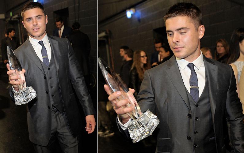 Zac Efron posa com seu People's Choice Awards de estrela de cinema favorita com menos de 25 anos (5/1/2011)