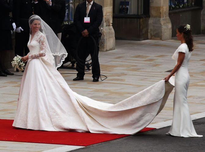 Pippa segura a cauda do vestido de Kate, no momento do casamento com o príncipe William, na Abadia de Westminster (29/4/11)