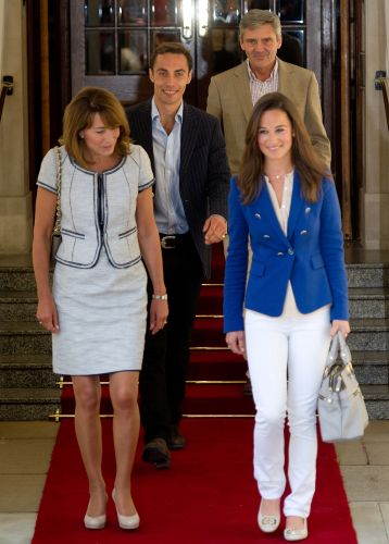 No dia seguinte do casamento de Kate e William, Pippa deixa o hotel de Londres com seus pais, Carole e Michael, e seu irmão James (30/4/11). Essa bolsa de Pippa, que é da marca Modalu, passou ser procurada nas prateleiras e a marca rebatizou a peça de