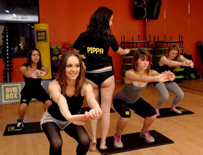 Garotas que querem ficar com um bumbum igual ao de Pippa fazem a aula