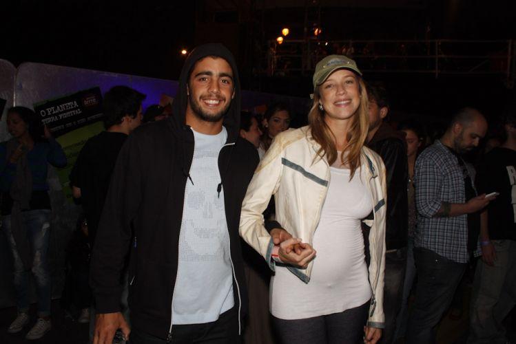 Grávida, Luana Piovani circula pela área vip do Planeta Terra 2011 ao lado do namorado, Pedro Scooby (05/11/2011)