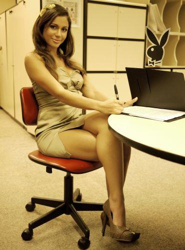 A ex-bbb Maria Melilo é capa da revista