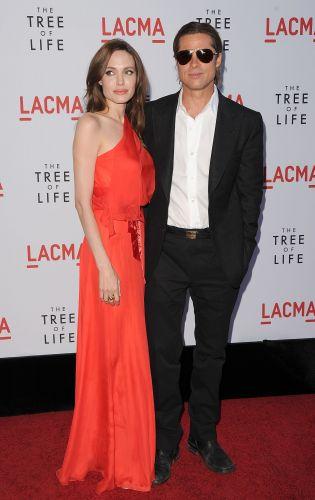 A atriz Angelina Jolie, acomopanha o marido, o ator Brad Pitt, na pré-estreia do filme
