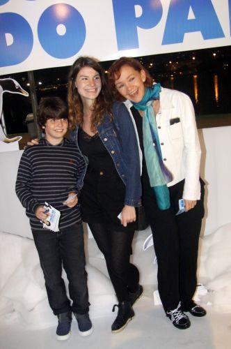 Júlia Lemmertz leva os filhos Miguel e Luiza à pré-estreia de