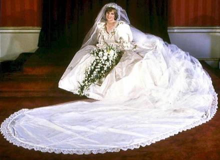 Diana com seu vestido de noiva, que tinha 40 metros de cauda (29/7/1981)