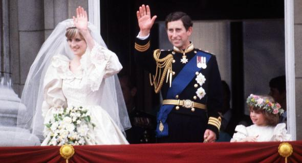 Diana e Charles acenam para o público no dia de seu casamento (29/7/1981)