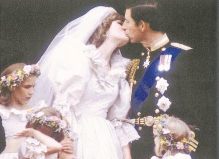 A princesa Diana e o príncipe Charles se beijam após a cerimônia de casamento (29/7/1981)