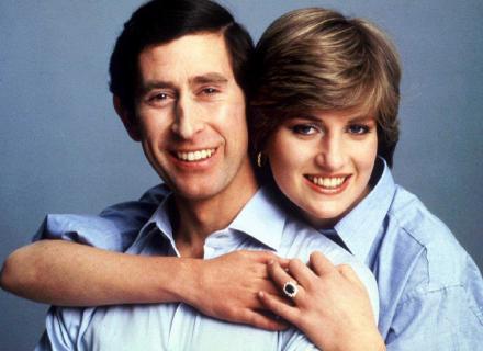 Charles e Diana posam para uma foto informal no dia do casamento (29/7/1981)