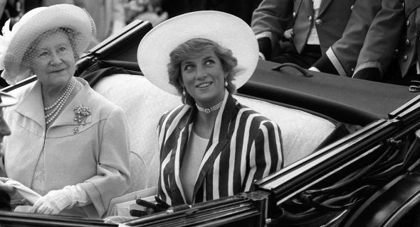 Diana ao lado da Rainha Mãe, em 1987
